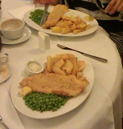 Inglenook Cafe & Restaurant: Fish chips peas tartar sauce