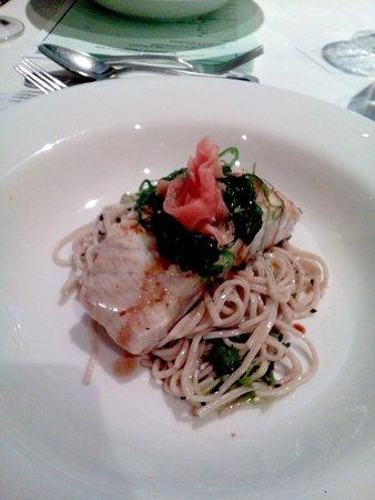 Coolum Beach, Avustralya: crispy skin barramundi served with soba noodles, wakami, sesame seeds, pickled ginger