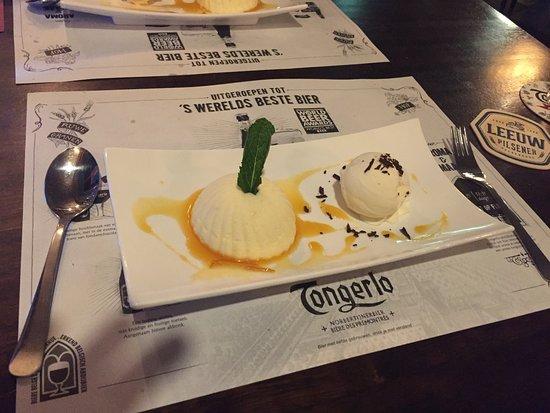Gulpen, Niederlande: Kwark in een bedje van caramel doorzeeft met mandarijn en een bolletje chocolade ijs