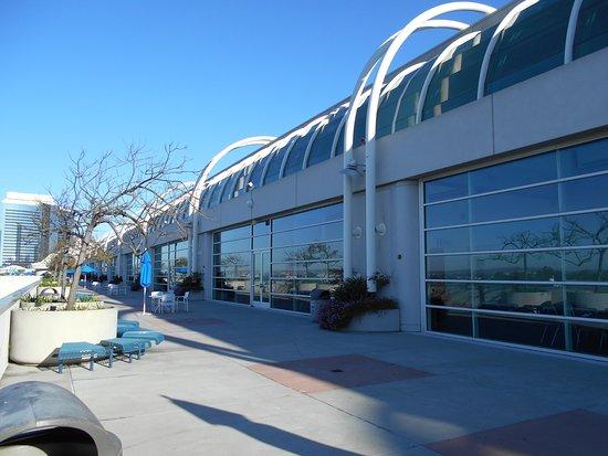 San Diego Convention Center: 2Fのテラス