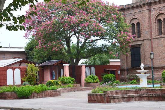 Almafuerte, Argentina: costado de la iglesia