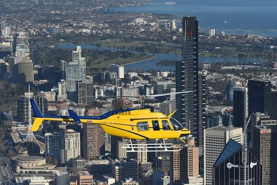 Essendon, Austrália: Helicopter over Melbourne CBD