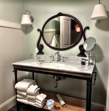 Pittsfield, MA: Bathroom vanity