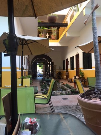 Hotel San Miguel Arcangel: Looking to the street entrance