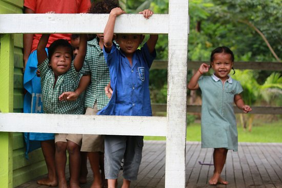 Vanua Levu, Fiyi: Village visit to primary school building