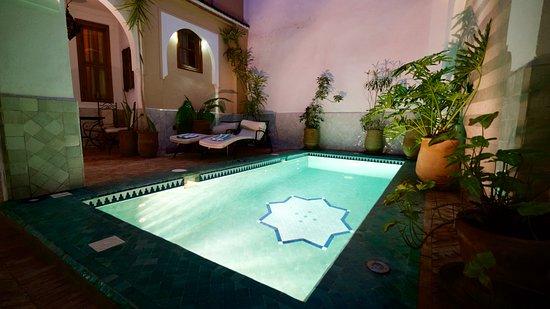 Riad Tafilag: Wasserbecken vor dem Zimmer Lila.