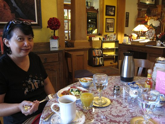 Inn at 410 Bed and Breakfast : Attractive breakfast setting