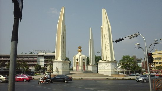 Democracy Monument : The memorial with a rare break in traffic