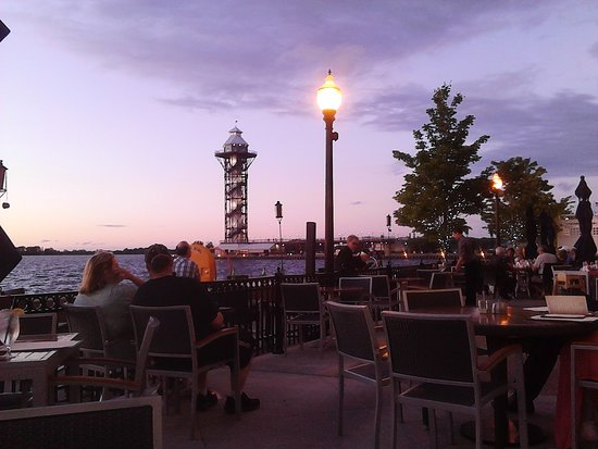 Sheraton Erie Bayfront Hotel: We really enjoyed being wooed by their live artists as we watched the sunset!