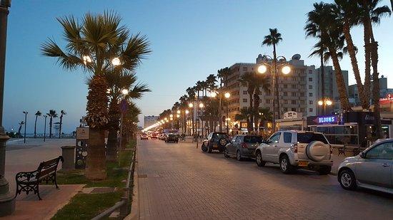 Sun Hall Hotel: Night street view