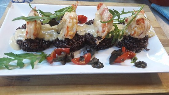 Familia Fish & Grill: Prawns on a bed of wild black rice