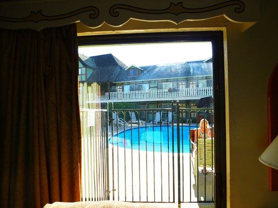 Svendsgaard's Lodge - Americas Best Value Inn : interdiction d'ouvrir le portillon du balcon pour aller à la piscine