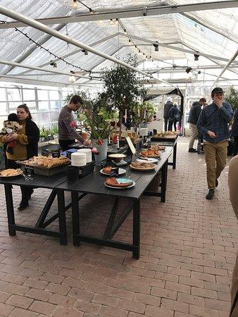 Rosendals Garden: Smörgåslunch och kaffe, gott och som alltid vänligt och trevligt. Rekommenderas en solig eller m