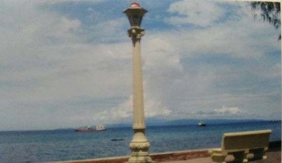 Rizal Boulevard: lamp post by the sea ad the bench