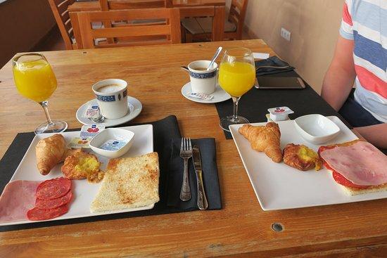 Hotel Rural El Mondalon: Breakfast
