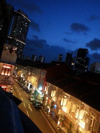 Hotel 1929: Abendlicher Blick vom Balkon/Terasse auf die Keong Saik Rd. hinab. Keine Bildbearbeitung!