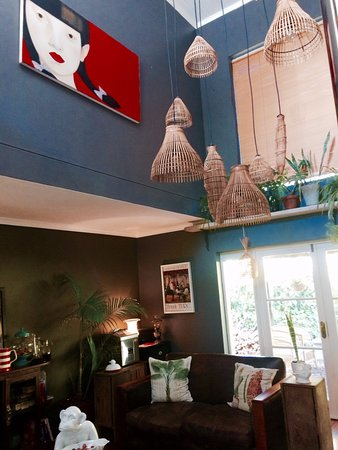 Riebeek-West, Sydafrika: A beautifully decorated communal lounge with a fireplace.