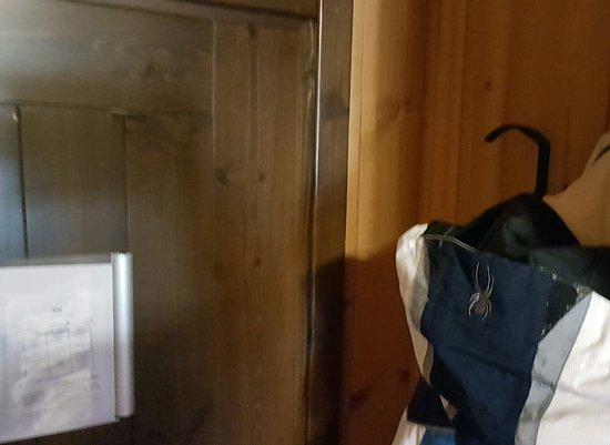Hotel Derby : Appendendo l'altro completo da sci non si riesce a chiudere bene la porta