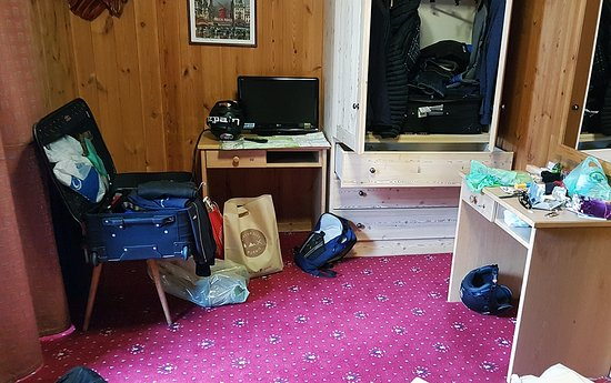 Hotel Derby: stanza molto angusta, cassetti che hanno sporcato con polvere di legno i miei maglioni