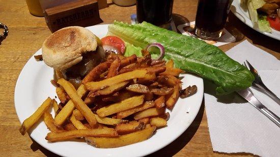 The Bird: Burger mit Cheddar und gebratenen Zwiebeln