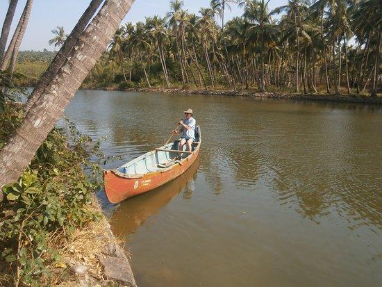 Kannur Beach House: Canoe up the river