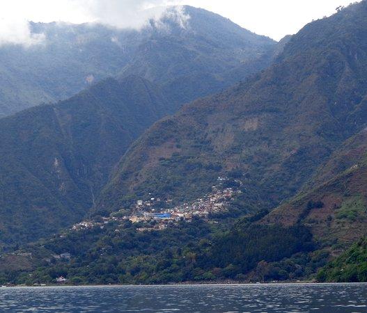 Lake Atitlan, Guatemala: Muchos poblados Mayas.
