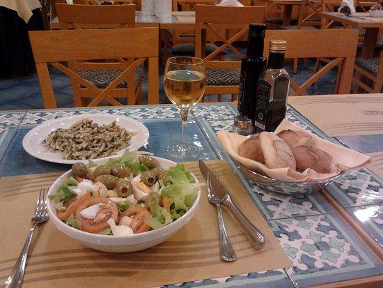 BEST WESTERN Hotel Mediterraneo: simple but good salad, bread basket, good wine, unfortunate pasta