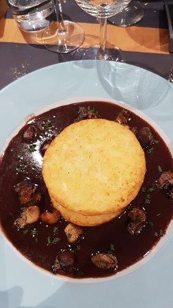 Pauillac, Frankrike: Tournedos aux cèpes sous 2 galettes de pommes de terre, foie gras poelé