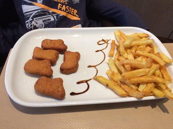 Verrieres-le-Buisson, France: Nuggets frites du menu enfant