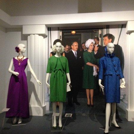 3c9bbea4b4e85b Gemeentemuseum Den Haag  Mooi de jurken met de foto met Jackie Kennedy op  de achtergrond