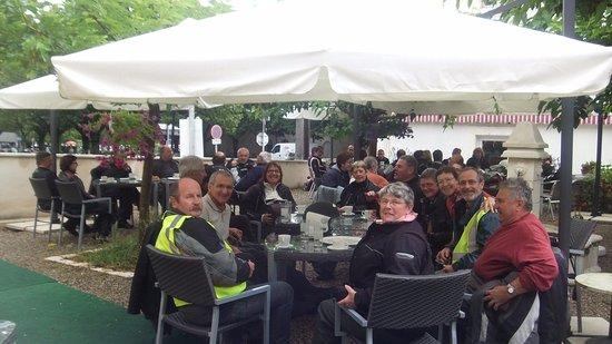 Riberac, Francja: Pause déjeuné pour un groupe de motard. Motos en sécurité sur le parking devant le restaurant.