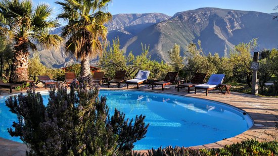 Orgiva, España: The pool area with mountain backdrop