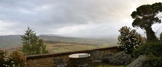 Piccolo Hotel La Valle Pienza: Nonostante il cattivo tempo la vista dal balcone della camera è splendida