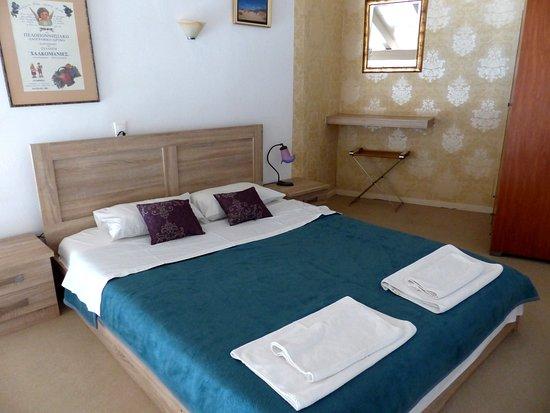 Le lit est sur une mezzanine, laissant un grand espace salon ...