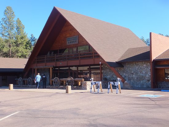 Kohl's Ranch Lodge: Front of the Resort Entrance