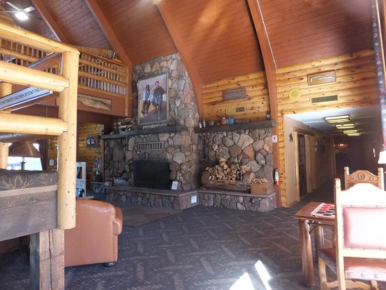 Kohl's Ranch Lodge: Huge fireplace in the lobby