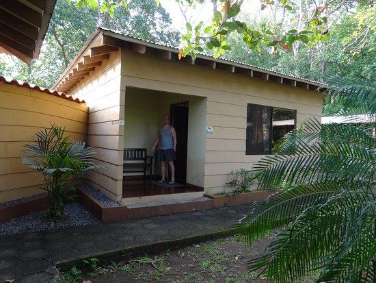 Manatus Hotel: entree van onze bungalow nr. 9
