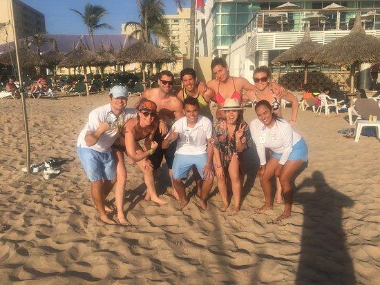 Sea Garden Mazatlan: El equipo ganador del Voleibol de playa, en compañía de los chicos de Joy Squad Ana, Walter y Ra