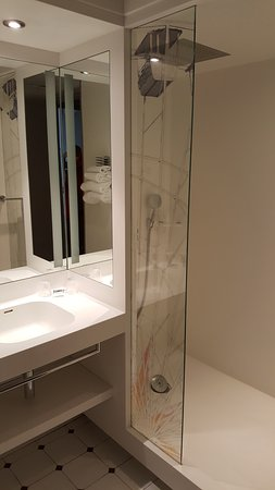 Mercure Nice Centre Grimaldi : La salle de bains de la chambre 611