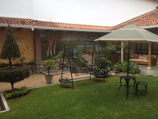 Hotel San Juan: Courtyard Left