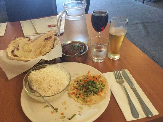 Kawerau, New Zealand: Rogan josh, rice, naan & comlimentary poppadom with chopped chilli.
