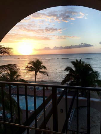 Bodden Town, Gran Caimán: Sunrise out our bedroom sliding door