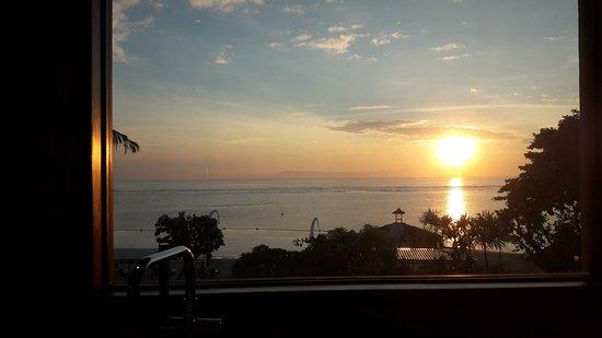Grand Aston Bali Beach Resort: bañera con ventana con vista al mar