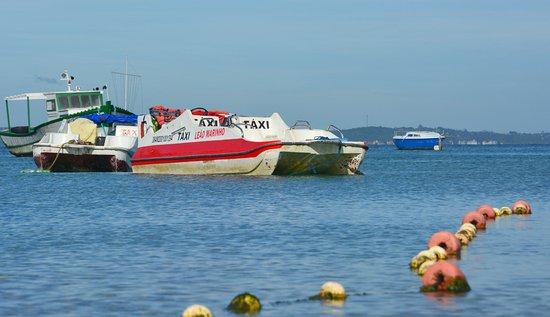 Buzios, RJ: embarcaciones que embellecen la vista de la playa.