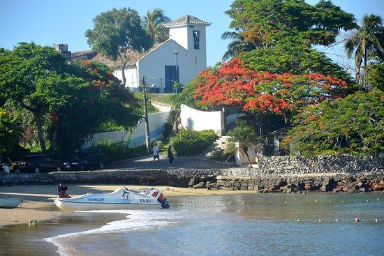Buzios, RJ: vista de la iglesia sobre la playa.