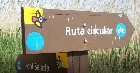 Pego, Spagna: In het park de richting aanwijzer naar de natuurlijk bron /fietsroute