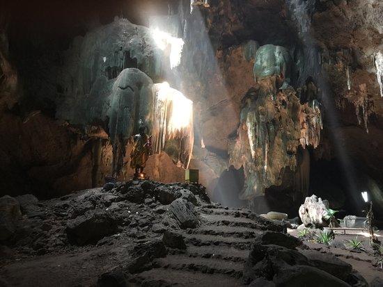 Ratchaburi, Thái Lan: 薄暗い中を進むと屋外から差し込む光がとっても幻想的な空間に。洞窟内は猿はいません、猫はいました!