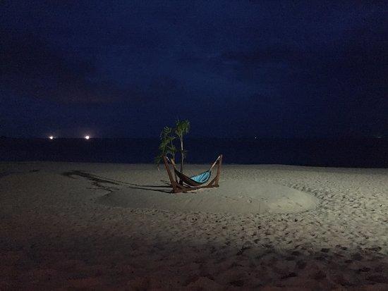 Andaman White Beach Resort: Beach at night