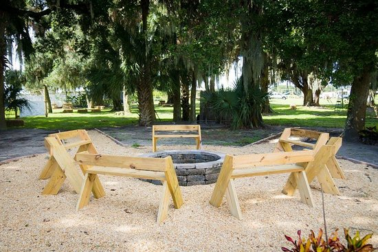 Bowling Green, FL: You can relax by one of our campfires and make delicious S'mores.