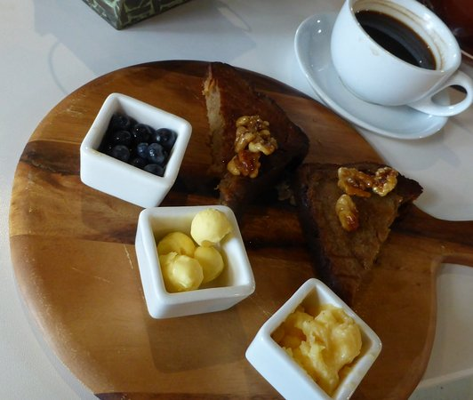East Maitland, Australië: Banana bread with blueberries, butter and lemon curd